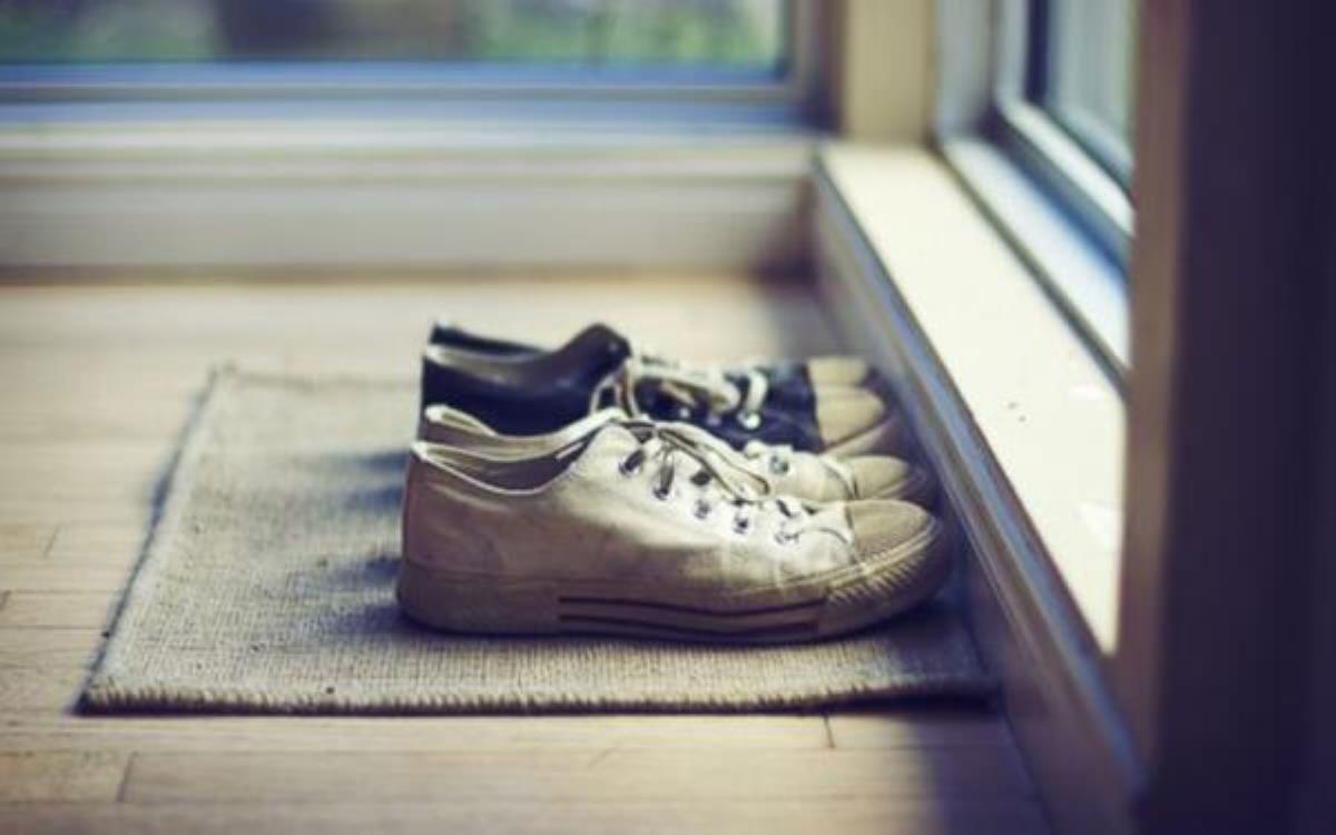 دلیل نپوشیدن کفش در خانه