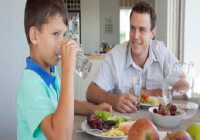 آیا خوردن آب در زمان غذا خوردن مضر است؟